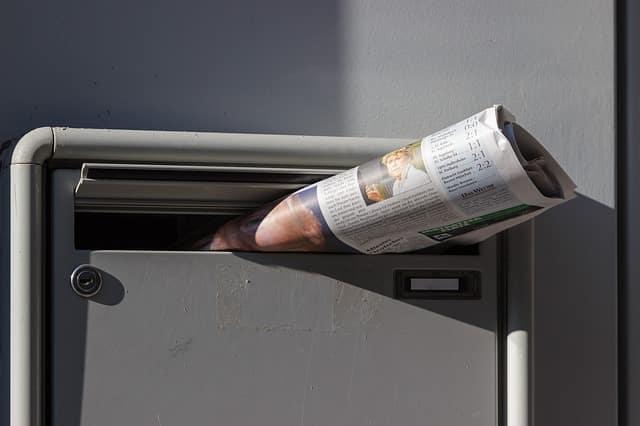 Periódico en un buzón