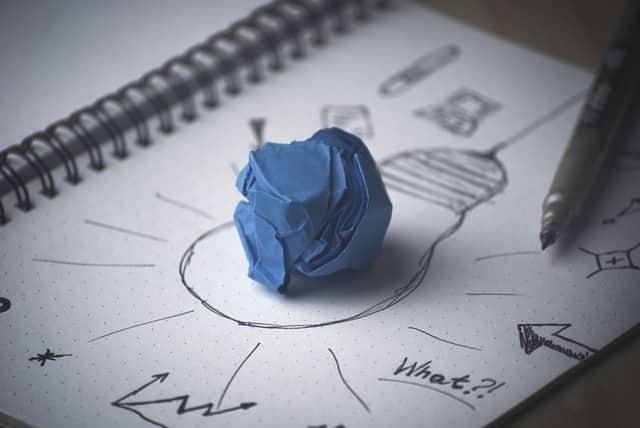Libreta con notas de producción y diseño de campañas