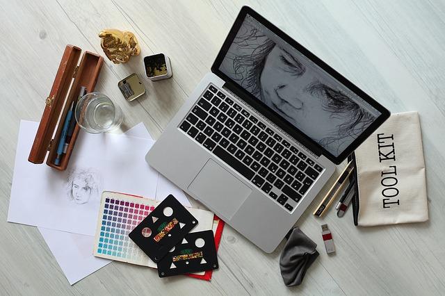 Mesa con herramientas de trabajo para la producción y diseño de campañas